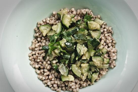 grano saraceno e zucchine con prezzemolo